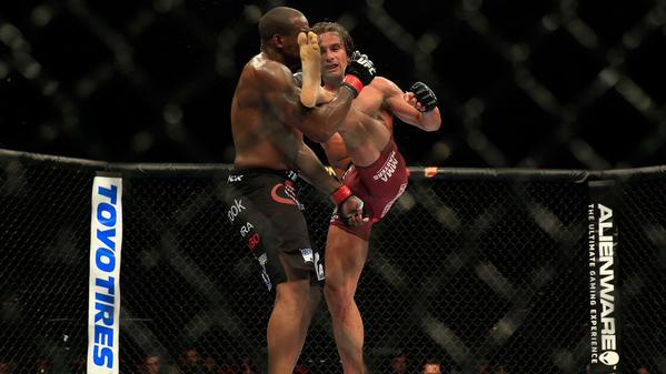 Samman aplicou canelada certeira em Gordon. Foto: Divulgação/UFC