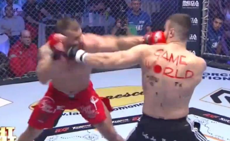 Lutador nocauteou rival na Romênia com golpe praticamente imperceptível. Foto: Reprodução