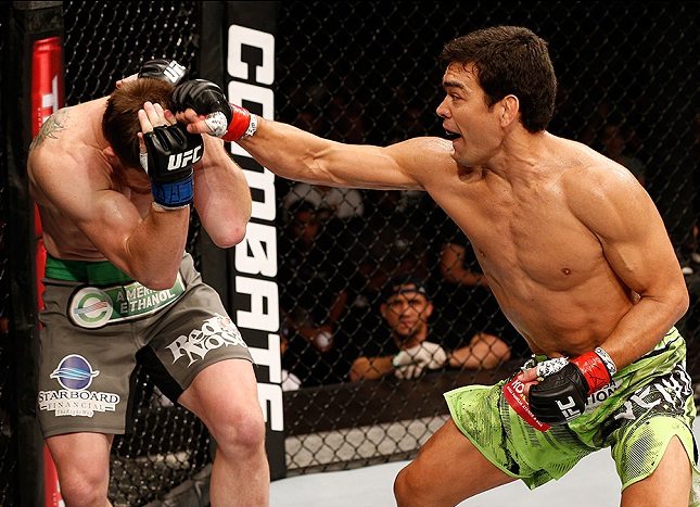 Lyoto (dir.) não sofreu nenhum golpe de Dollaway (esq.) na luta principal do UFC FN 58. Foto: Josh Hedges/UFC