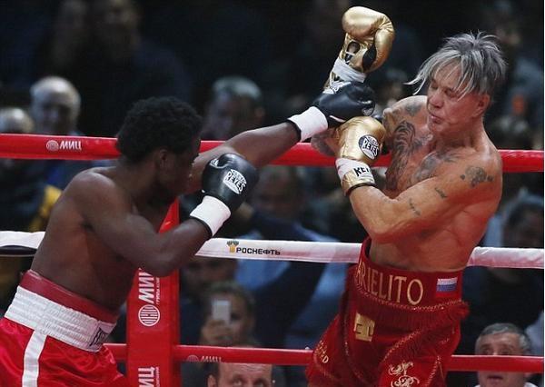 M. Rourke (dir.) enfrentou Seymour Elliot (esq.) em Moscou. Foto: Reprodução/Twitter