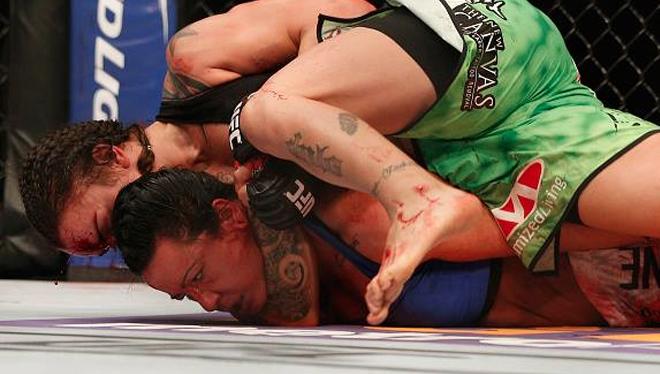 Evans-Smith apagou com estrangulamento de Pennington. Foto: Divulgação/UFC