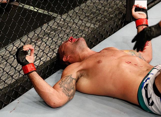 M. Shogun fica caído no octógono em Uberlândia (MG) após sua segunda derrota em 2014. Foto: Josh Hedges/UFC
