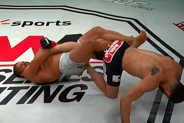 Toquinho encaixa a chave de joelho que pôs fim à luta principal do WSOF 16. Foto: Reprodução
