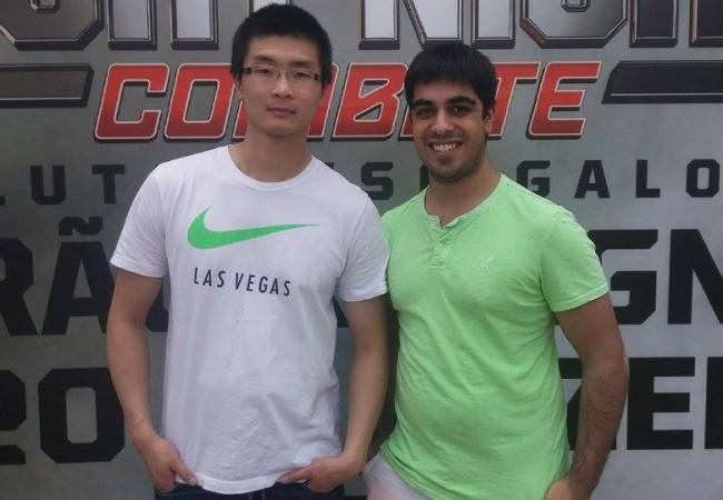 Desta vez, o chinês teve a companhia do amigo Tristan (dir.) em sua viagem. Foto: Lucas Carrano/SUPER LUTAS