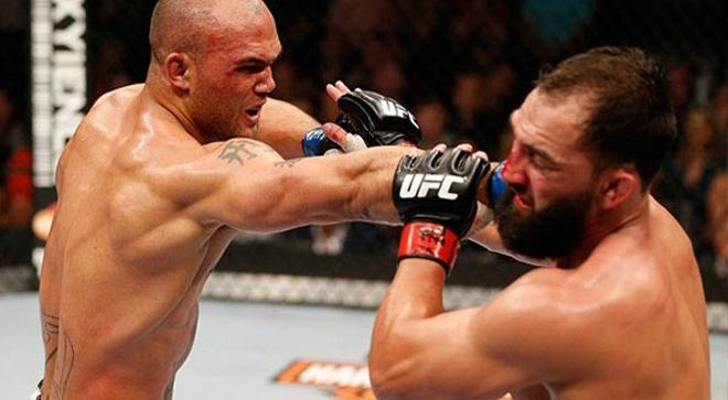 UFC-171-Robbie-Lawler-acerta-soco-em-Johny-Hendricks-Foto-Josh-HedgesZuffa-LLCGetty-Images