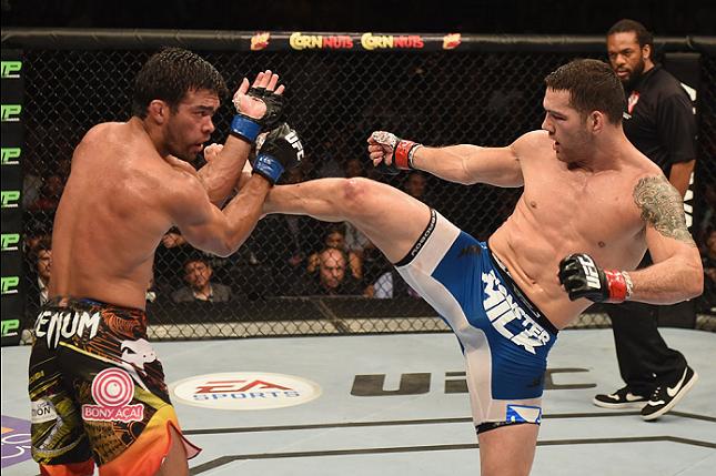 Lyoto (esq.) não foi páreo para Weidman (dir.) no UFC 175. Foto: Josh Hedges/UFC
