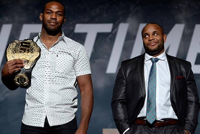 Jones (esq.) e Cormier (dir.) lutaram no UFC 182. Foto: Josh Hedges/UFC