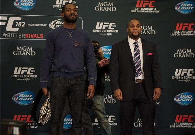 D. Cormier (dir.) deixou animosidades de lado para apoiar J. Jones (esq.). Foto: Brandon Magnus/UFC