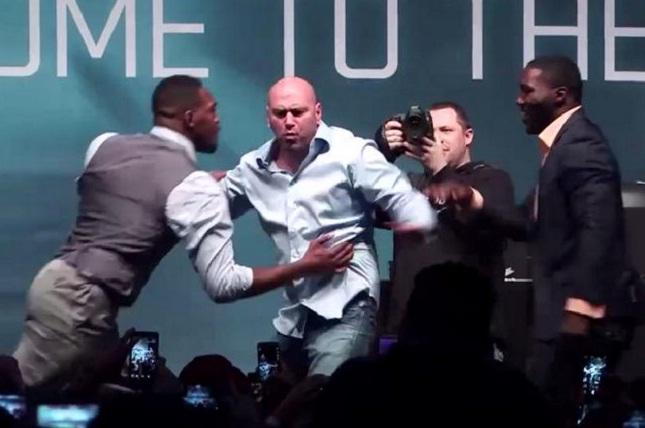 J. Jones (esq.) e A. Johnson (dir.) simulam briga e levam Dana White ao desespero. Foto: Reprodução/Twitter
