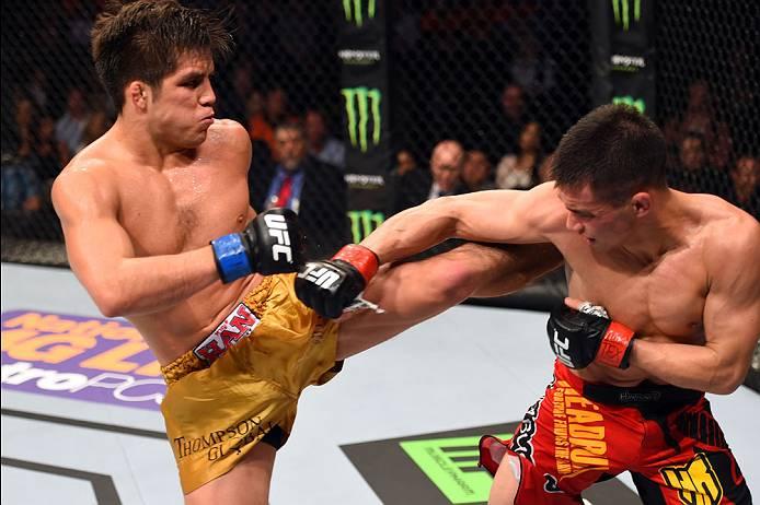 Campeão olímpico, H. Cejudo (esq.) solta chute em C. Cariaso. Foto: Josh Hedges/UFC