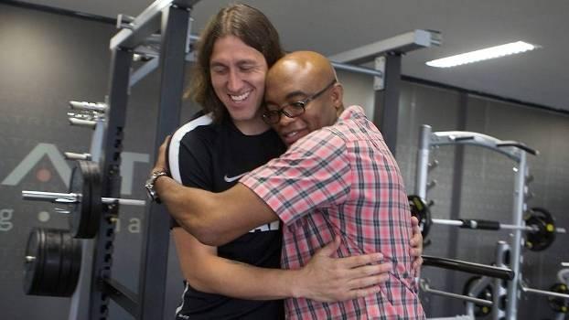 O goleiro Cássio abraça Anderson Silva no CT do Corinthians. Foto: Divulgação