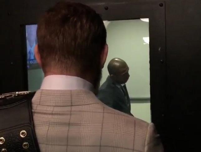 """McGregor exibe o cinturão """"roubado"""" para Aldo. Foto: Reprodução"""