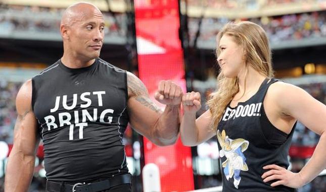 Ronda (dir.) subiu ao ringue em apoio a The Rock (esq.). Foto: Reprodução