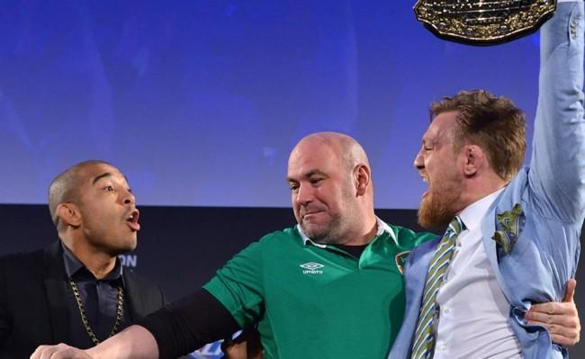 D. White (centro) tenta aparar briga entre Aldo (esq.) e McGregor (dir.) após irlandês pegar o cinturão. Foto: Divulgação/UFC