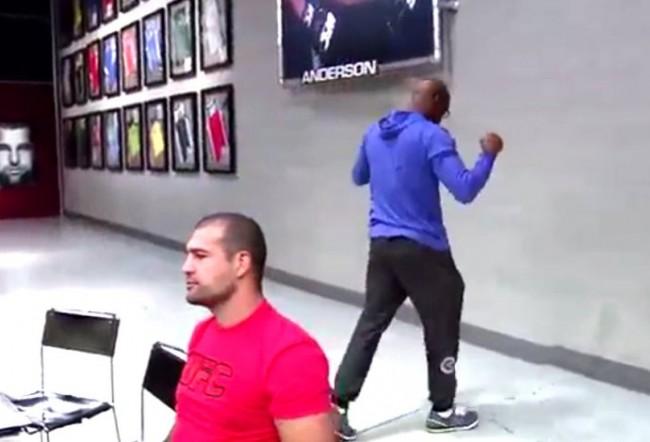 Anderson fica visivelmente nervoso na luta do amigo no TUF Brasil 4