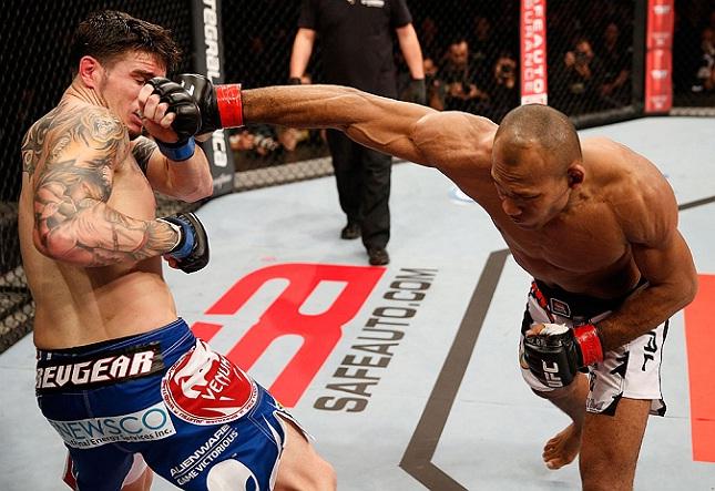 Jacaré (dir.) bateu Camozzi (esq.) em sua estreia no octógono. Foto: Josh Hedges/UFC