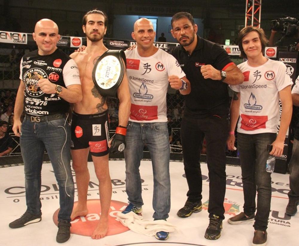 Ao lado de sua equipe, Bilharinho comemora conquista do título dos penas do JF. Foto: Divulgação