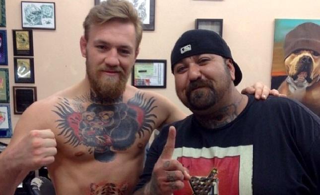 McGregor posa ao lado de amigo do tatuador responsável por seu novo desenho na pele. Foto: Reprodução