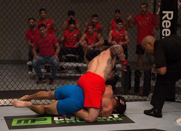 Nazareno trabalha por cima em Dedé na luta de solo. Foto: UFC