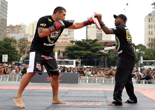 F. Werdum (esq.) quer que R. Cordeiro (dir.) encare Javier Mendez, enquanto ele pega Velasquez. Foto: Josh Hedges/UFC