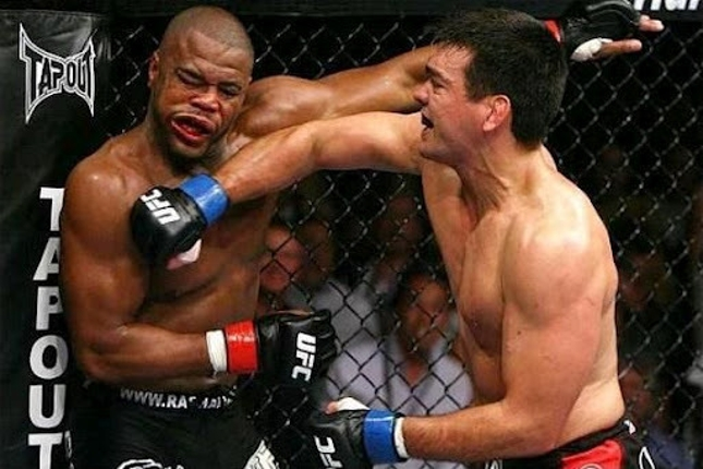 Lyoto (dir.) conseguiu o cinturão com nocaute sobre Evans (esq.). Foto: Divulgação