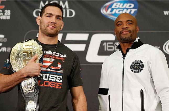 C. Weidman (esq.) derrotou A. Silva (dir.) por duas vezes. Foto: Josh Hedges/UFC