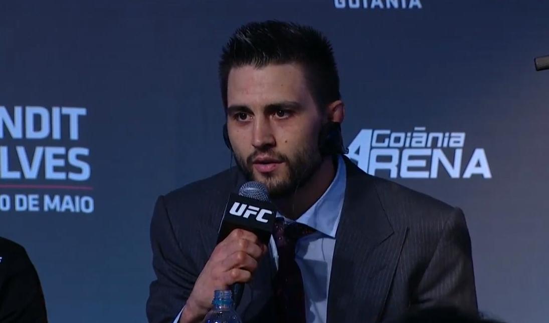 Condit (foto) aparece elegante em coletiva após o UFC Goiânia. Foto: Reprodução