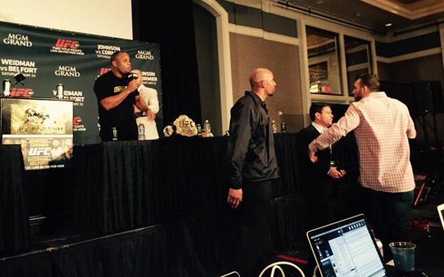 Cormier e Bader discutem durante coletiva. Foto: Twitter/Reprodução