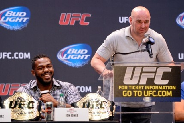Dana (dir.) vai dar a Jones (esq.) a chance de recuperar seu cinturão quando ele voltar ao UFC. Foto: Josh Hedges/UFC