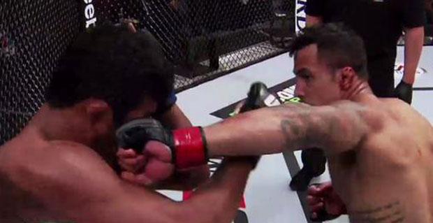 Netto (dir.) acerto Índio Brabo na trocação. Foto: Twitter/UFC