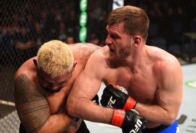 S. Miocic (dir.) acerta cotovelada em M. Hunt (esq.) na luta principal do UFC FN 65. Foto: UFC/Getty Images