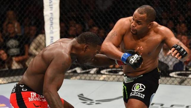 Cormier (dir.) bateu Johnson (esq.) e conquistou o cinturão dos meio-pesados. Foto: Reprodução