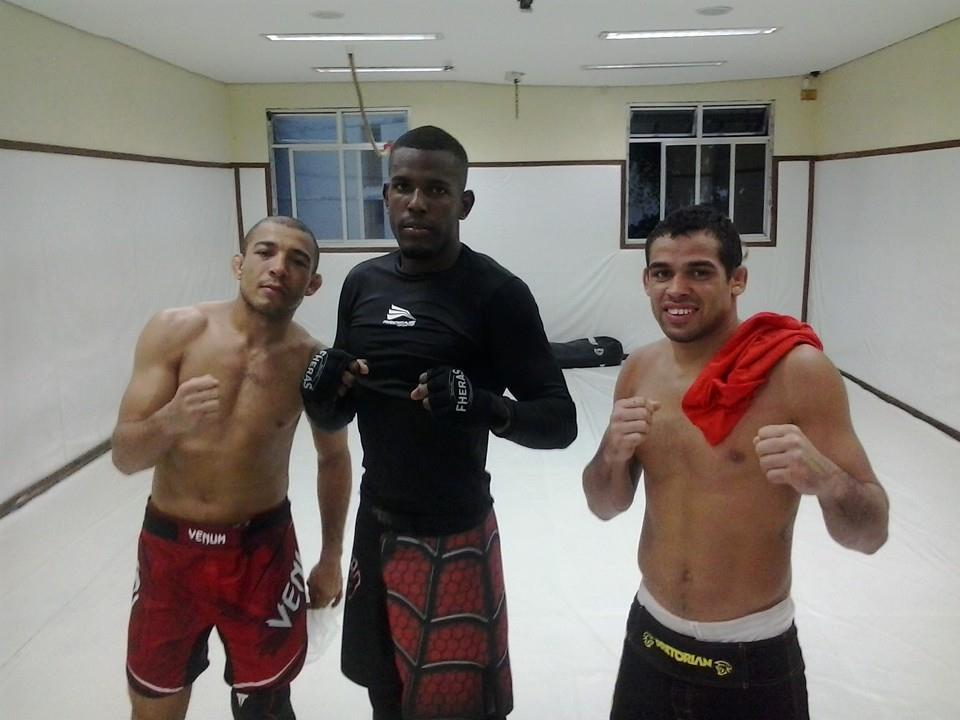 Alcides (centro) posa ao lado de Aldo (esq.) e Barão (dir.). Foto: Reprodução