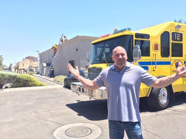 Dana White posa próximo a caminhão de bombeiros na sede do UFC. Foto: Reprodução