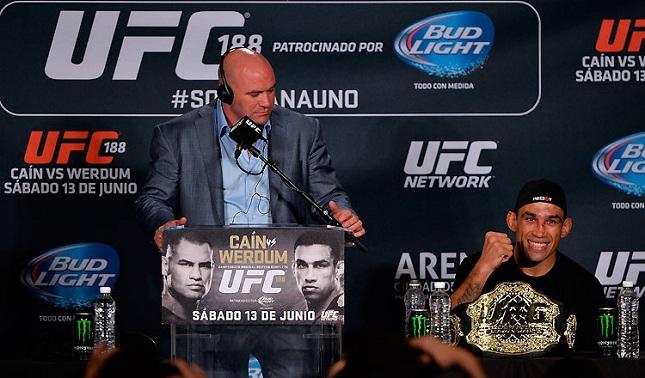 Dana (esq.) já começou a projetar o futuro de Werdum (dir.) após a conquista do cinturão. Foto: UFC/Divulgação
