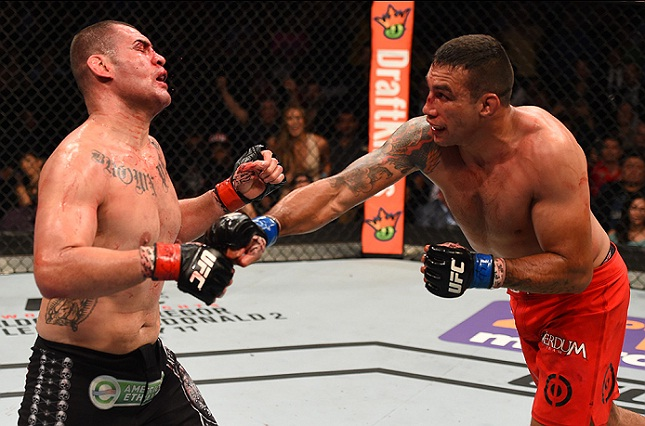 F. Werdum (dir.) bateu C. Velasquez (esq.) para unificar os títulos dos pesados. Foto: Josh Hedges/UFC
