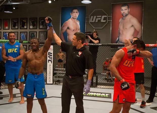 F. Açougueiro (esq.) derrotou A. Jack Godzila (dir.) e garantiu a última vaga nas semifinais do TUF Brasil 4. Foto: UFC