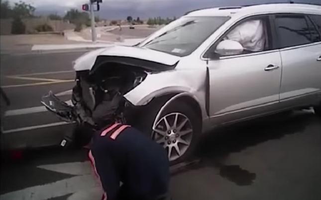Oficiais analisam frente do veículo, que ficou completamente destruída, após acidente. Foto: Reprodução