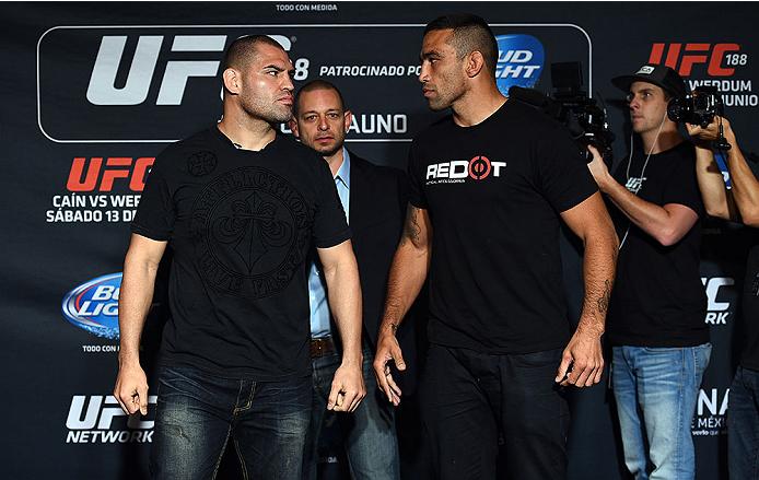 Velasquez (esq.) e Werdum (dir.) farão revanche por cinturão do UFC. Foto: Divulgação/UFC