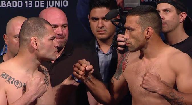 Velasquez (esq.) ficou com dois quilos a mais que Werdum (dir.) na pesagem do UFC 188. Foto: Reprodução