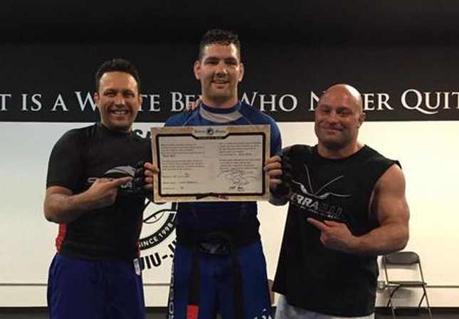 Renzo (esq.) deu faixa preta a Weidman (centro) ao lado do ex-campeão do UFC M. Serra (dir.). Foto: Reprodução