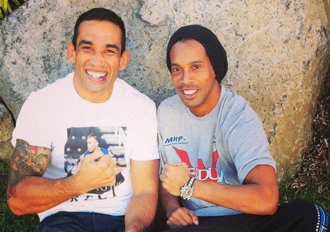 Ronaldinho (dir.) ao lado de Werdum (esq.) antes do UFC 188. Foto: Reprodução