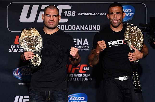 Werdum (esq.) x Velasquez (dir.): retrospecto favorece os campeões lineares. Foto: Jeff Bottari/UFC