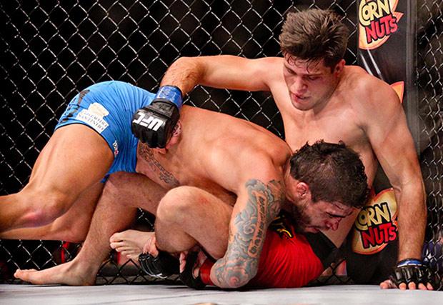 Luta entre o brasileiro T. Tavares (esq.) e B. Ortega (dir.) levou o bônus do UFC FN 68