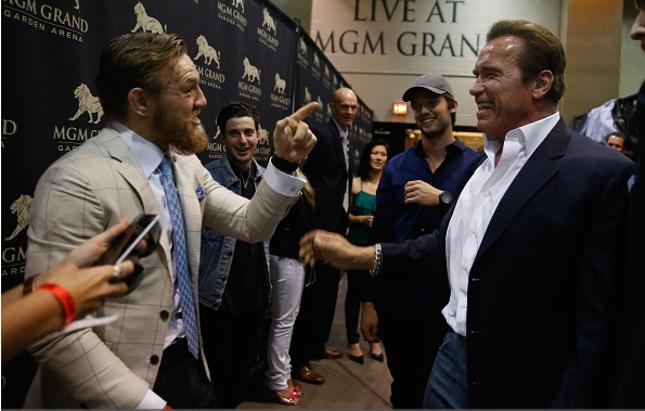 Schwarzenegger (dir.) e McGregor (esq.): ator é fã e amigo do lutador irlandês. Foto: Christian Petersen/UFC