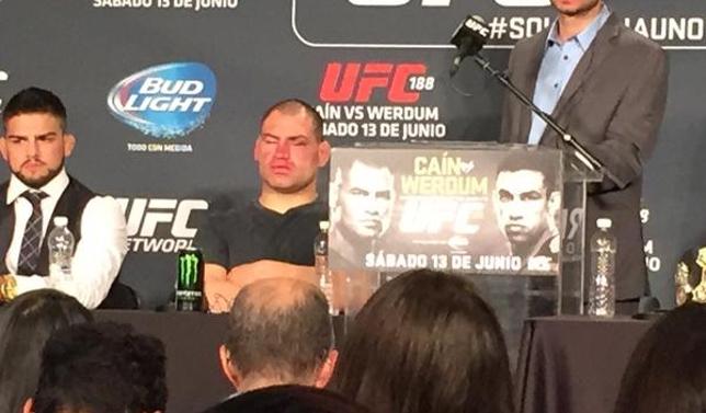 Velasquez exibe rosto machucado durante a coletiva do UFC 188. Foto: Reprodução