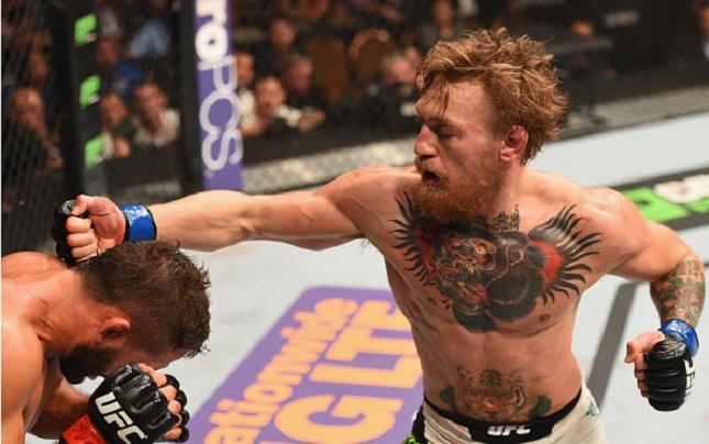Conor (dir.) nocauteou Mendes (esq.) e faturou o título interino dos penas. Foto: Josh Hedges/UFC