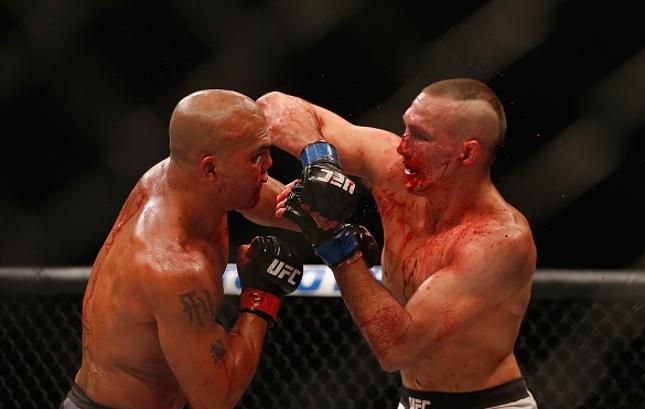 Batalha de R. Lawler (esq.) e R. MacDonald foi considerada a melhor de 2015. Foto: Josh Hedges/UFC