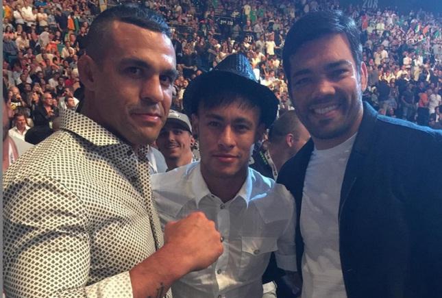 Vitor (esq.) e Lyoto (dir.) ao lado de Neymar: encontro aconteceu no UFC 189. Foto: Instagram/Reprodução