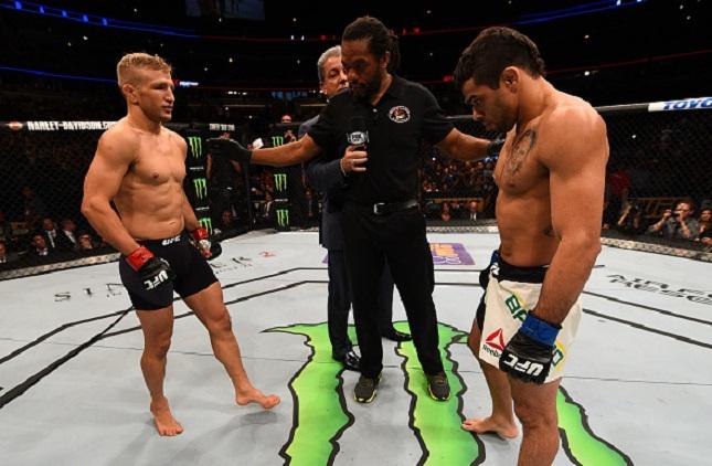 Barão (dir.) foi derrotado por Dillashaw (esq.) em nova disputa de título. Foto: Jeff Bottari/UFC